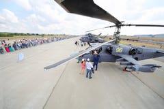 Militära helikoptrar och åskådare på airshow Royaltyfria Bilder