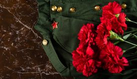 Militära kläder, lock och pinks, mot bakgrunden av marmor Royaltyfri Fotografi