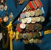 Militära medaljer på omslaget av en krigsveteran Fotografering för Bildbyråer