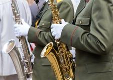 Militära musiker med saxofoner Fotografering för Bildbyråer