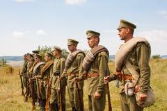 Militära reenactors i likformig av ett världskrig II Arkivfoto