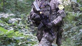 Militära vapen är i träna Soldaten är inflyttningen skogen beväpnade mannen lager videofilmer