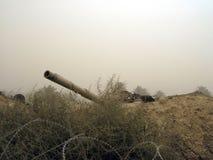 Militärarmeefahrzeugbehälter auf Bahnen mit Fass nach siegreichem Krieg stockfotografie