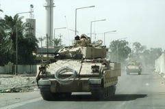 Militärarmeefahrzeugbehälter auf Bahnen mit Fass nach siegreichem Krieg stockbild
