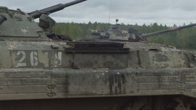 Militärbehälter auf dem Schießstand Einrichtungsgepanzertes fahrzeug stock video footage