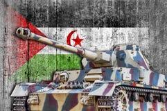 Militärbehälter mit konkreter arabischer Flagge demokratischer Republik Sahrawi Stockfoto