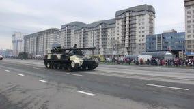 Militärbehälterinvasion der Stadt, gepanzerter Truppentransporter, Krieg, Rauch, Gefahr stock video