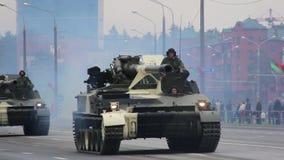 Militärbehälterinvasion der Stadt, gepanzerter Truppentransporter, Krieg, Rauch, Gefahr stock footage