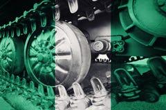 Militärbehälternahaufnahme Raupenfahrwerk mit Nigeria-Flagge Backg stockfotografie