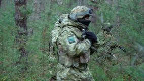 Militärbesondere kräfte, die in den Wald sich bewegen stock video
