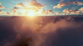 Militärbrummen, das über Wolken bei Sonnenaufgang surveilling ist vektor abbildung