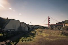 Militärbunker im Fortbäcker mit golden gate bridge in stockfotos