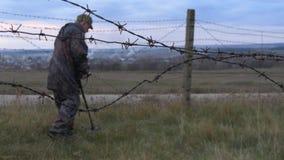Militären arbetar med en min avkännare Sök för miner och sprängmedel i riskzonen arkivfilmer