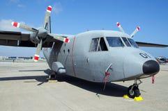 Militären för CASA 212 hyvlar Arkivfoto