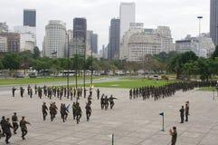 Militären gå i skaror marsch Arkivbilder
