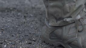 Militären i armé startar på jordningen stock video