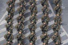 Militären ståtar att fira Rumänien nationella dag arkivbild