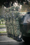 Militären ståtar i BELGRADE Arkivbilder