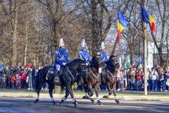 Militären ståtar på hästar för nationell dag i Rumänien arkivfoton