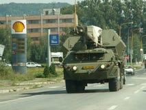 Militärfahrzeug in der Stadt Stockbild