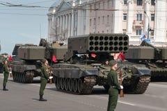 Militärfahrzeuge auf Wiederholung der Militärparade stockfotografie