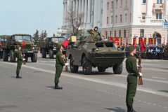 Militärfahrzeuge auf Wiederholung der Militärparade stockfotos