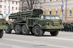 Militärfahrzeuge auf Wiederholung der Militärparade stockbilder