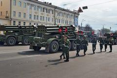 Militärfahrzeuge auf Wiederholung der Militärparade stockbild