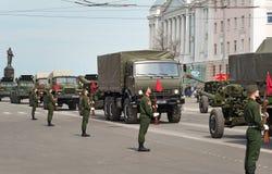 Militärfahrzeuge auf Wiederholung der Militärparade lizenzfreie stockfotografie