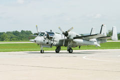 Militärflugzeug auf der Laufbahn stockfotos