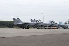 Militärflugzeuge auf Rollbahn des Flugplatzes Stockfoto