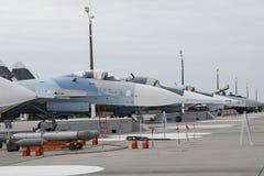 Militärflugzeuge auf Rollbahn des Flugplatzes Stockfotos