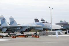 Militärflugzeuge auf Rollbahn des Flugplatzes Lizenzfreie Stockbilder