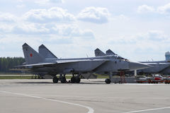 Militärflugzeuge auf Rollbahn des Flugplatzes Lizenzfreies Stockfoto