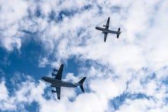 Militärflugzeuge des Transportes, die in Bildung fliegen Stockbild