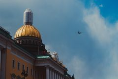 Militärflugzeuge im Himmel über St Petersburg stockbild