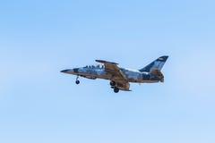 Militärflugzeugfliegen des Kampfflugzeugs auf Hintergrund des blauen Himmels Lizenzfreie Stockfotos