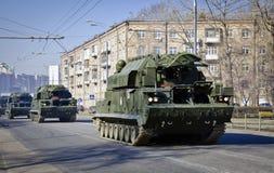 Militärfordon som korsar Moskva Royaltyfria Bilder