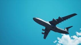 Militärfrachterflugzeugfliegen obenliegend im blauen Himmel 4K stock video