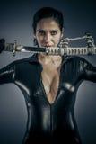Militärfrau des sexy Mädchens, die mit Gewehren aufwirft. lizenzfreie stockfotografie