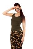 Militärfrau, die Grußgeste macht Stockbild