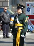 Militärfrau gekleidet im Grün Stockfotos