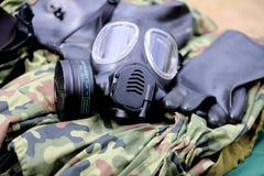 Militärgasmaske und Ausrüstung stockfotos