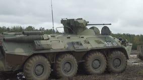 Militärgepanzertes mtw reist entlang die schlammige Straße Schmutziges gepanzertes Fahrzeug stock video