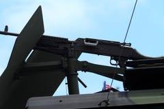 Militärgewehr angebracht am Fahrzeug Stockfotos