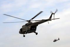 Militärhubschrauber in den Flügen Stockbilder