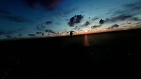Militärhubschrauber, der über Ozean und Insel, timelapse Sonnenaufgang fliegt stock abbildung
