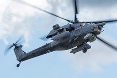 Militärhubschrauber im Himmel auf einem Kampfauftrag mit Waffen stockbild