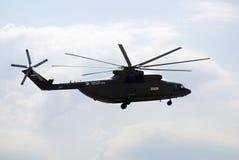 Militärhubschrauber im Himmel an MAKS-internationalem Luftfahrtsalon Lizenzfreie Stockbilder