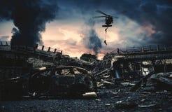 Militärhubschrauber und Kräfte in zerstörter Stadt lizenzfreie stockfotos